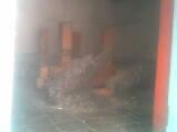 Inilah keadaan di dalam makam.Tiap peziarah selalu membakar kemenyan disini.Yang anda lihat di depan nisan adalah kemenyan